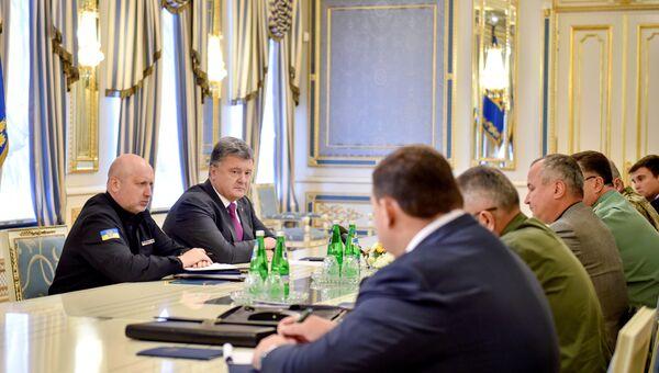 Президент Украины Петр Порошенко во время совещания с руководством силовых структур и МИД. 11 августа 2016