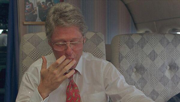 Президент США Билл Клинтон празднует свой день рождения в самолете