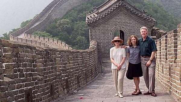 Билл Клинтон с семьей осматривают Великую китайскую стену во время официального визита в Китай