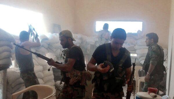 Бойцы сирийской армии во время боя на юго-западе сирийского города Алеппо