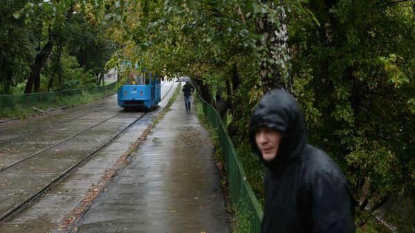 Прохожие во время дождя в Москве