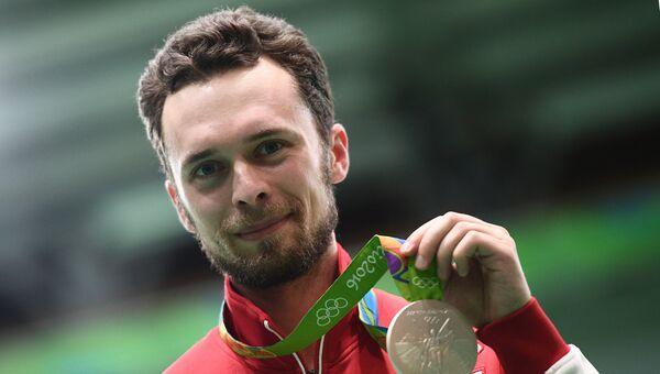 Сергей Каменский, завоевавший серебряную медаль по пулевой стрельбе на 50м из винтовки из трех положений на XXXI летних Олимпийских играх