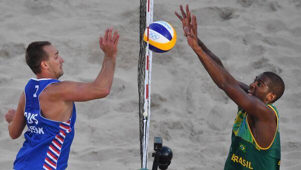Дмитрий Барсук (Россия) и Эвандро Оливейру (Бразилия) в матче 1/8 финала мужского турнира по пляжному волейболу на XXXI летних Олимпийских играх