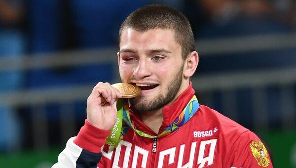 Давит Чакветадзе (Россия), завоевавший золотую медаль в соревнованиях по греко-римской борьбе в весовой категории до 85 кг на XXXI летних Олимпийских играх, на церемонии награждения