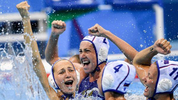 Спортсменки сборной России радуются победе в матче 1/4 финала соревнований по водному поло на XXXI летних Олимпийских играх