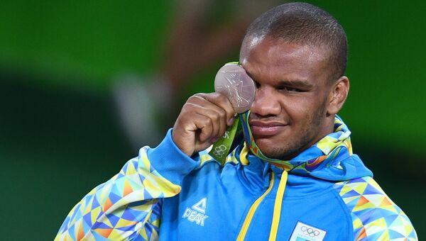 Жан Беленюк (Украина), завоевавший серебряную медаль в соревнованиях по греко-римской борьбе в весовой категории до 85 кг на XXXI летних Олимпийских играх