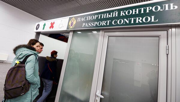 Пассажиры проходят паспортный контроль в Международном аэропорту Жуковский. Архивное фото