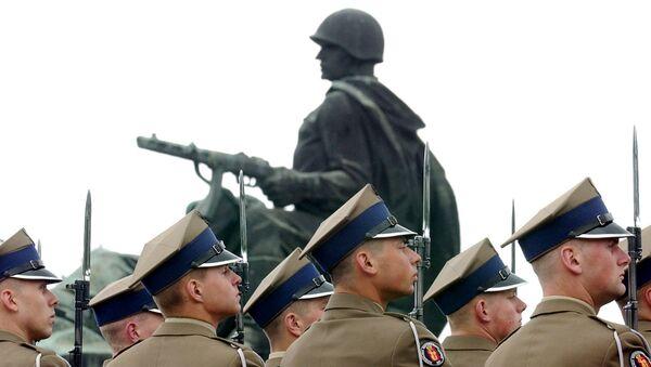 Солдаты вооруженных сил Польши у памятника советским воинам. Архивное фото