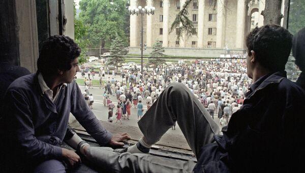 Многотысячная толпа собралась перед Домом правительства в день открытия внеочередной сессии Верховного Совета Грузинской ССР. 1990 год