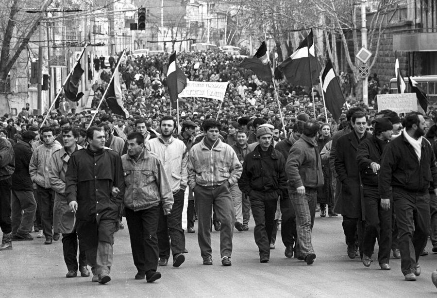 Демонстрация на улице города Тбилиси за ускорение процессов перестройки и расширение прав союзных республик. Грузинская ССР. 1990 год