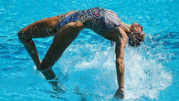 Наталья Ищенко и Светлана Ромашина (Россия) выступают с произвольной программой в предварительном раунде соревнований по синхронному плаванию среди дуэтов на XXXI Олимпийских играх