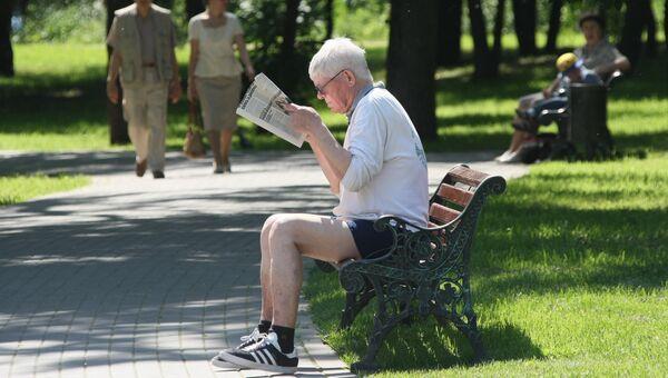 Пенсионер в Воронцовском парке в Москве