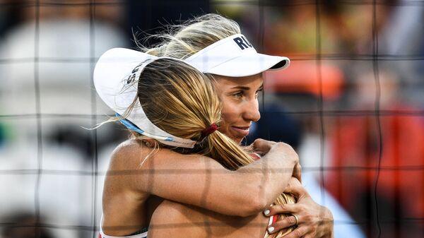 Евгения Уколова и Екатерина Бирлова радуются победе над парой Лорен Фендрик и Брук Суэт в матче 3-го тура женского турнира по пляжному волейболу на XXXI летних Олимпийских играх