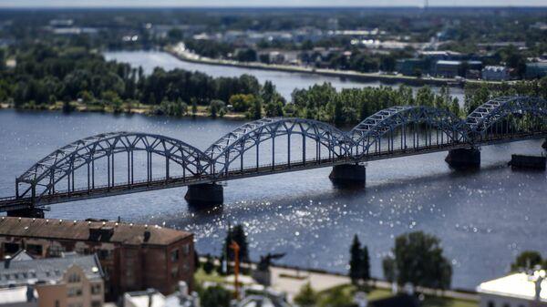 Железнодорожный мост через реку Даугаву в Риге, Латвия