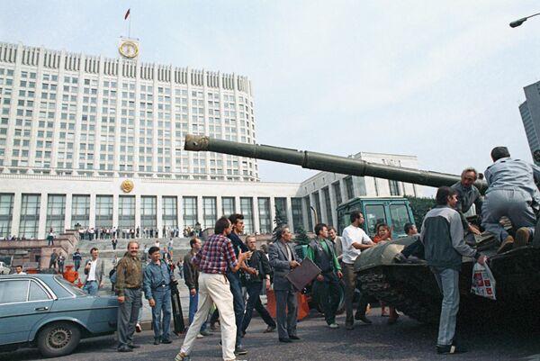 Защитники Белого дома у одного из танков, введеных в Москву 19 августа 1991 года в связи с объявлением членами ГКЧП чрезвычайного положения в столице