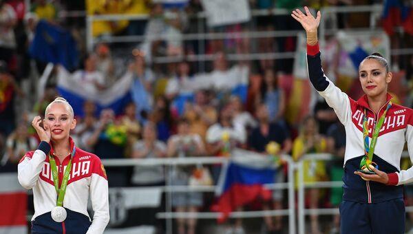 Яна Кудрявцева - серебряная медаль, и Маргарита Мамун - золотая медаль, на церемонии награждения на XXXI летних Олимпийских играх