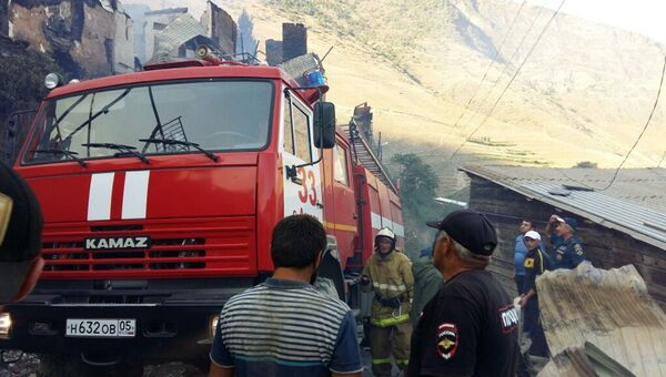 Сотрудники пожарной охраны МЧС РФ в селе Мокок Цунтинского района Республики Дагестан, где 21 августа произошел пожар