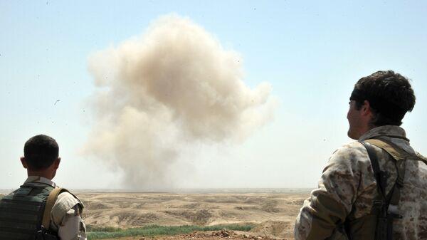 Бойцы курдских вооруженных сил наблюдают за уничтожением мин ИГ в провинции Киркук в Ираке. Архивное фото