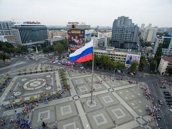Торжественное поднятие флага России на Театральной площади Краснодара в честь празднования Дня Государственного флага Российской Федерации