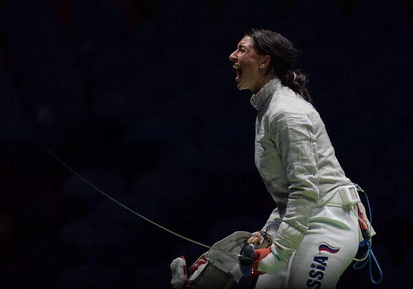 Яна Егорян после окончания поединка 1/4 финала индивидуального первенства по фехтованию на саблях среди женщин