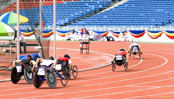 Спортсмены с ограниченными возможностями на стадионе во время соревнований