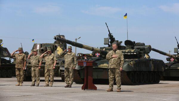 Президент Украины Петр Порошенко выступает перед личным составом ВСУ на военном аэродроме в Чугуево Харьковской области