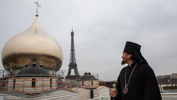 Епископ Корсунский Нестор (Сиротенко) на строительной площадке Российского духовно-культурного центра в Париже. Архив