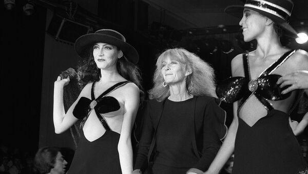 Французский кутюрье Соня Рикель c моделями во время показа в Париже, 1980 год