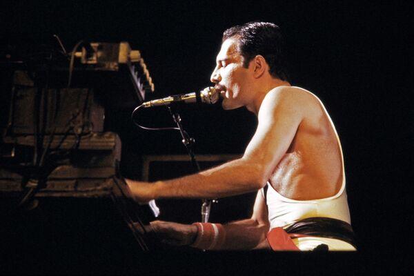 Фредди Меркьюри, солист рок-группы Queen во время концерта в Париже