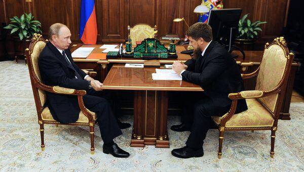 Президент России Владимир Путин и временно исполняющий обязанности главы Чеченской Республики Рамзан Кадыров во время встречи в Кремле. 25 августа 2016