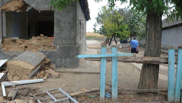 Сожженные и разбитые местными жителями дома цыган села Лощиновка в Одесской области