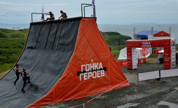 Участники Гонки героев на полигоне Горностай во Владивостоке