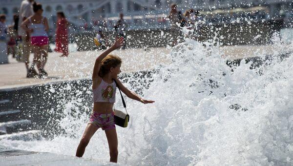 Девочка играет на набережной в Севастополе