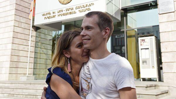 Гражданин России Сергей Миронов с супругой Юлией у здания суда в Ереване. 29 августа 2016