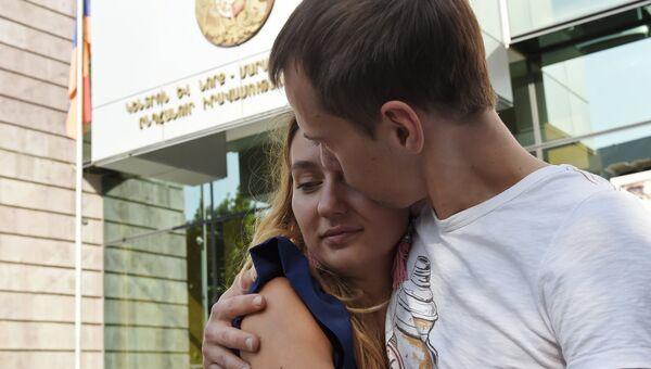 Гражданин РФ Сергей Миронов с супругой Юлией у здания суда в Ереване. 29 августа 2016