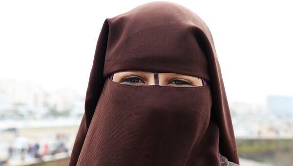Девушка в платке-никабе