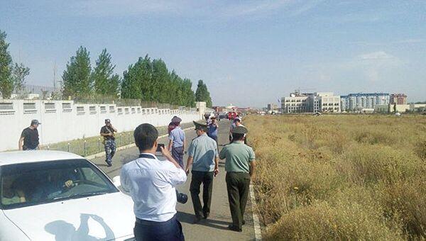 Полиция на месте взрыва у посольства КНР в Бишкеке, Киргизия. 30 августа 2016