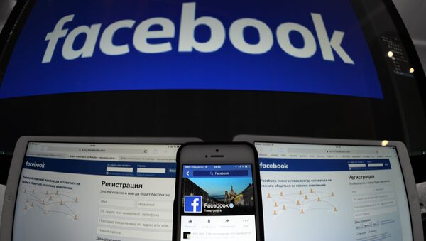 Страница социальной сети Фейсбук на компьютере, планшете, айфоне