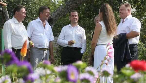 Председатель правительства России Дмитрий Медведев во время встречи с представителями садоводческих, огороднических и дачных хозяйств в поселке Щетинка Курской области. Архивное фото