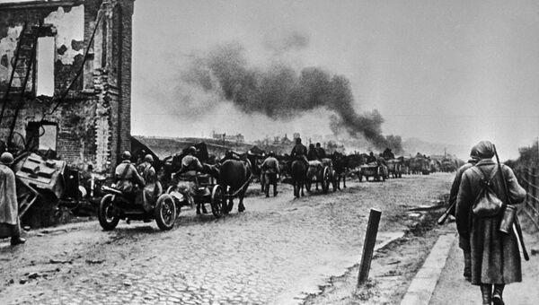 Советские войска после ожесточенных боев вступают в город Ельню