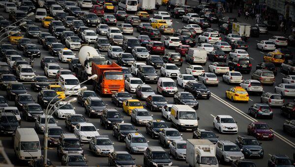 Автомобильная пробка на Зубовском бульваре в Москве. Архивное фото
