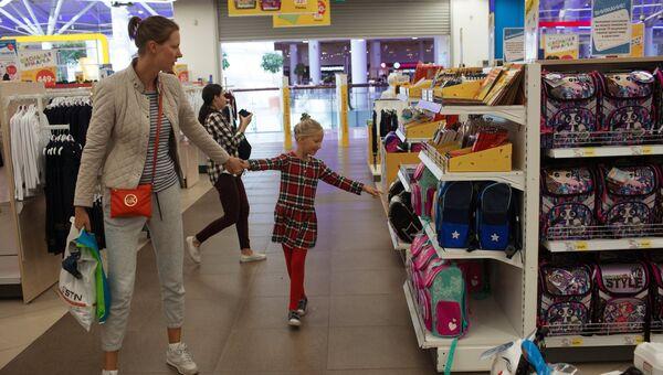 Покупатели в магазине Детский мир в Москве. Архивное фото