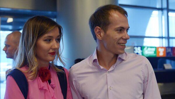 Задержанный в Армении по запросу США Сергей Миронов с супругой Юлией в московском аэропорту Внуково