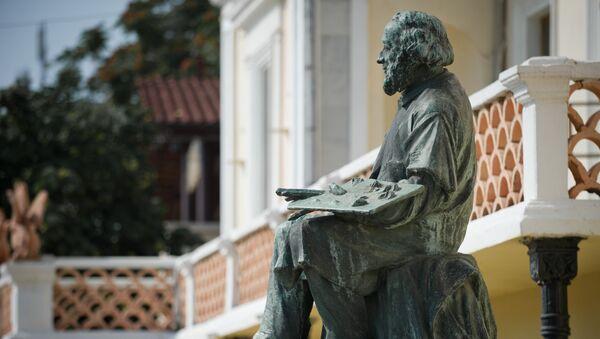 Памятник И.К. Айвазовскому возле Феодосийской картинной галереи имени И. К. Айвазовского