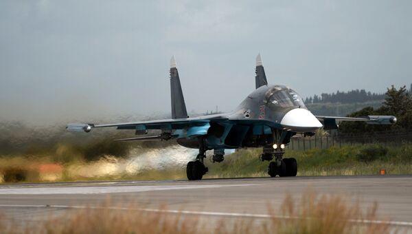 Российский истребитель Су-34 совершает взлет на авиабазе Хмеймим в Сирии. Архивное фото