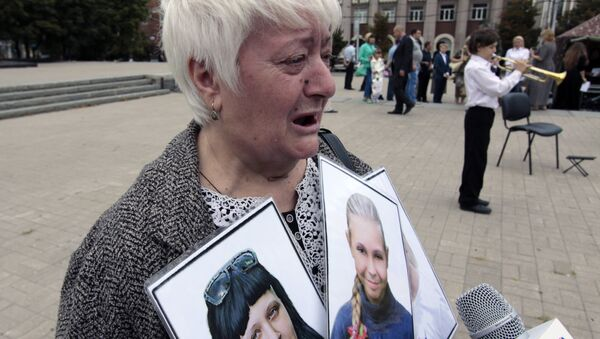 Женщина на памятном мероприятии Они не услышат последний звонок в Донецке