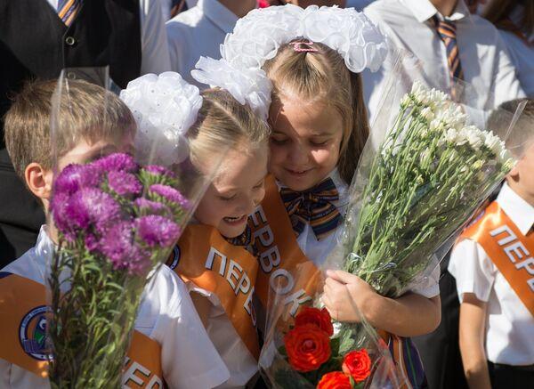 Ученики гимназии № 8 города Сочи во время праздничной линейки, посвященной Дню знаний