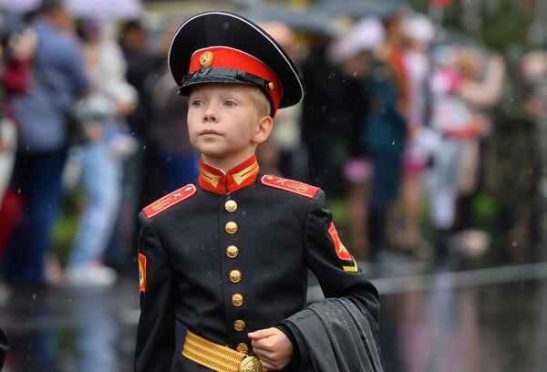 Курсант Казанского суворовского военного училища в День знаний 1-го сентября
