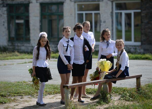 Учащиеся средней школы поселка Калиново Свердловской области перед праздничной линейкой в День знаний