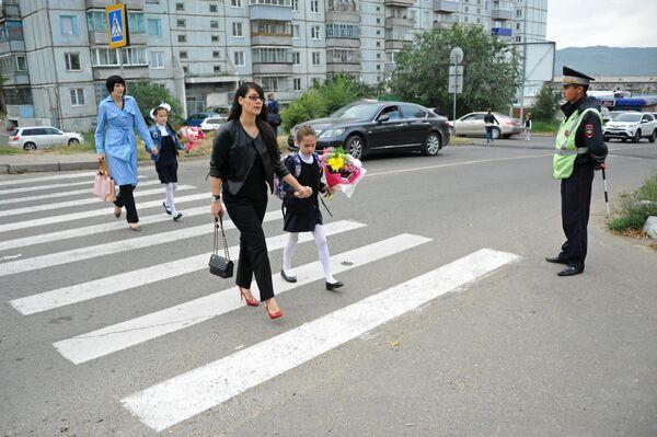 Ученики и родители перед началом занятий в читинской школе в День знаний